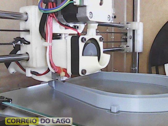 Impressora 3D imprimindo a peça